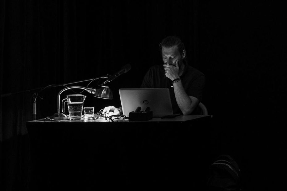 Martin Kamín se připravuje na promítání fotografií ze Skotska