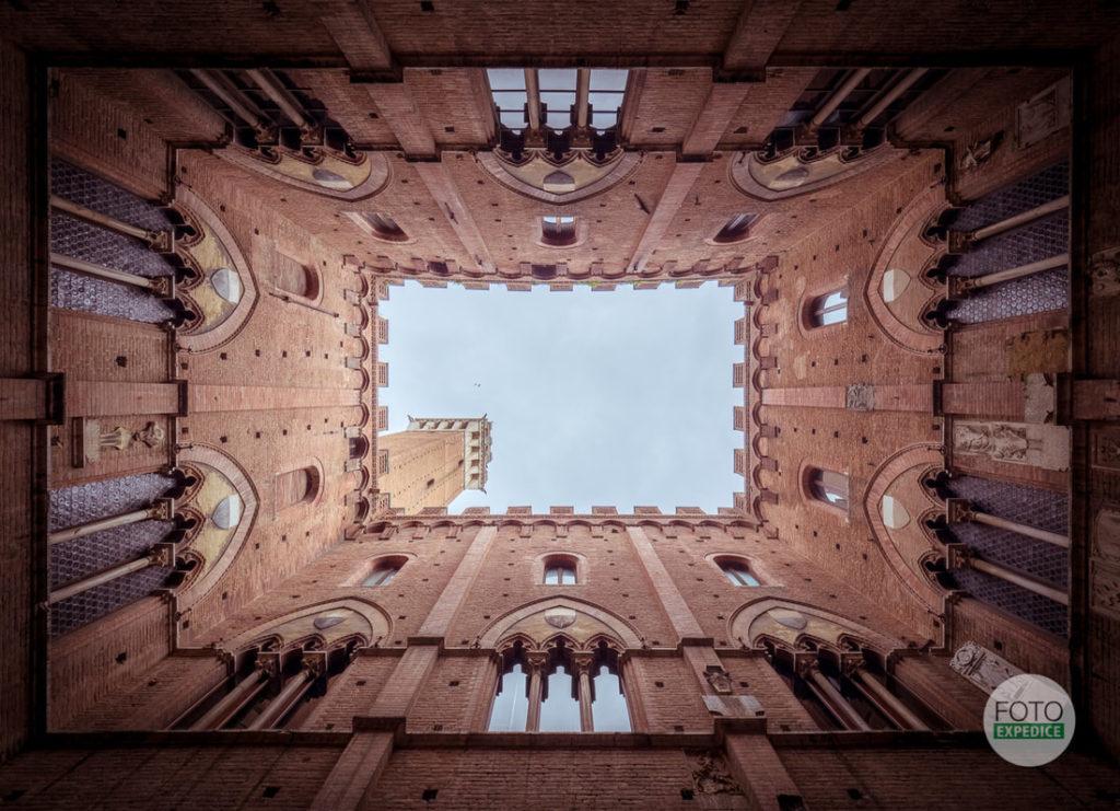 Objevil jsem, jak poutavě vyfotit radnici v Sieně