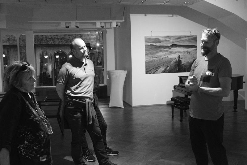 Martin Kamín na komentované prohlídce sváé výstavy verkoformátových fotografií ze Skotska