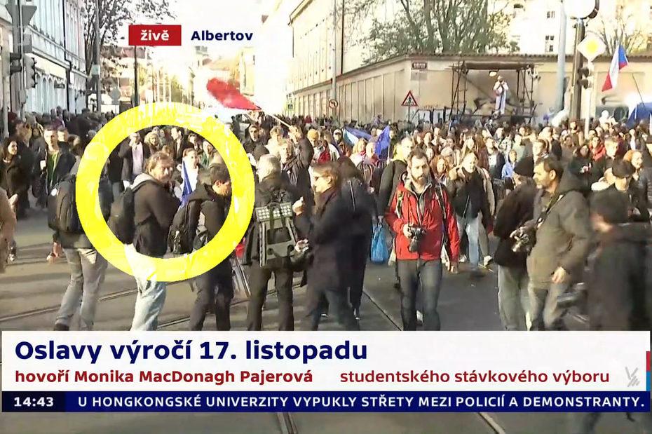 Česká televize mě zaznamenala při fotoreportáži z oslav 17. listopadu